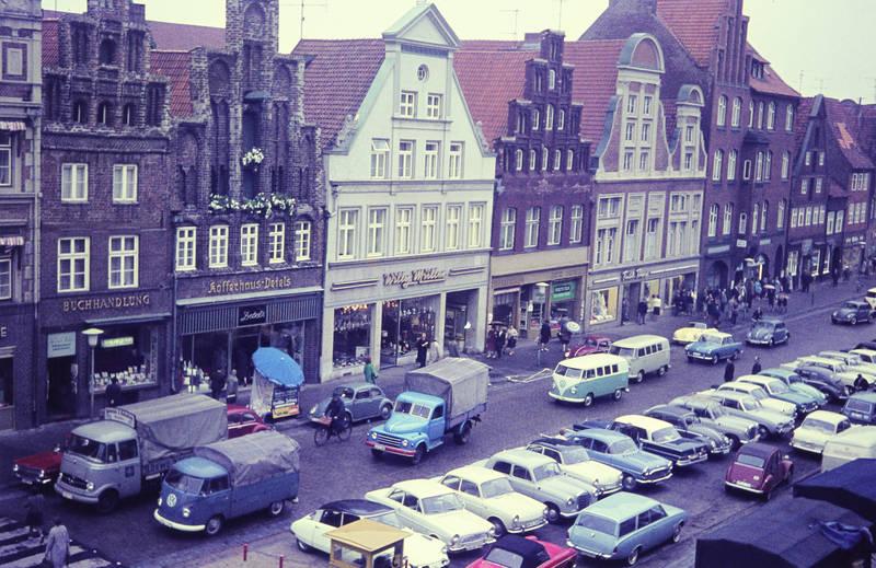 Altstadt, auto, buchhandlung, citroen-2cv, citroen-ds, Dortmund, ford-badewanne, gebäude, geschäft, Giebelhäuser, Hansestadt, haus, KFZ, laden, lüneburg, mercedes-heckflosse, mercedes-ponton, Niedersachsen, Parkplatz, PKW, Platz am Sande, porsche-356, rekord-a, straße, VW-Bulli, VW-Käfer, VW-Typ-3