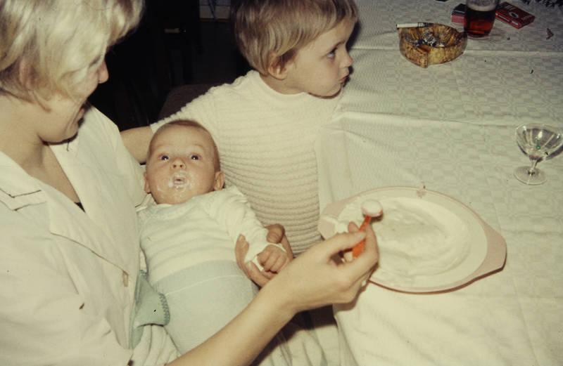 baby, Babybrei, Brei, füttern, Geschwister, Kindheit, kleinkind, Mutter