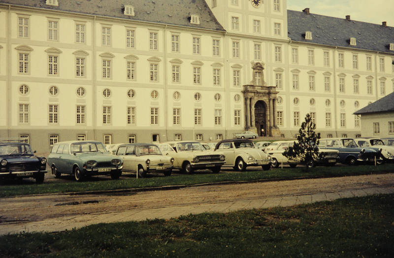 auto, Fassade, ford-badewanne, KFZ, nsu-prinz, Parkplatz, peugeot-404, PKW, rekord-a, rekord-p2, Schleswig, Schleswig-Holstein, Schloss, Schloss-Gottorf, vw, VW Käfer, VW-Käfer