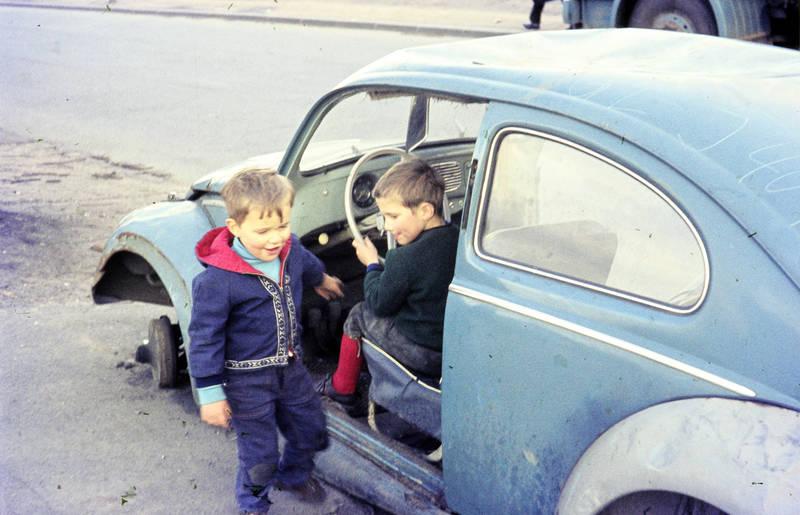 auto, Bruder, Geschwister, KFZ, Kindheit, kniebundlederhose, lederhose, PKW, VW-Käfer