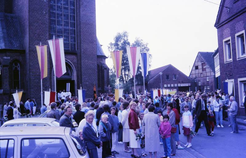 fahne, Fronleichnam, fronleichnamprozession, Kirchengemeinde, Messdiener, Vorhelm