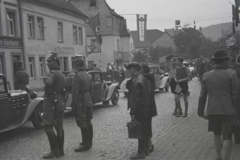 Agfa-Photo, auto, Hakenkreuzfahne, KFZ, Passant, PKW, polizei, Polizist, Uniform