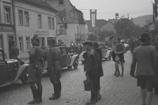 Autos besuchen ein Dorf