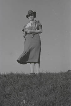 Dame auf dem Hügel
