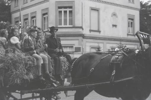 Kinder auf der Kutsche