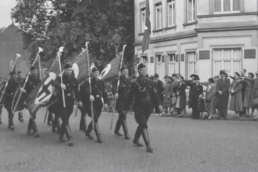 NS-Soldaten beim Umzug