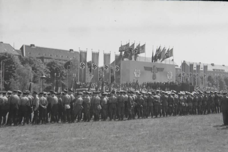 fahne, flagge, hakenkreuz, Nationalsozialismus, NS, polizei, Polizeiversammlung, rede