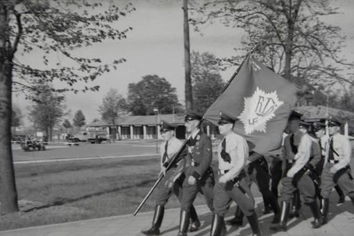 Soldaten marschiert mit Fahne