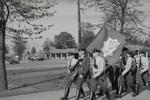 Polizei marschiert mit Fahne