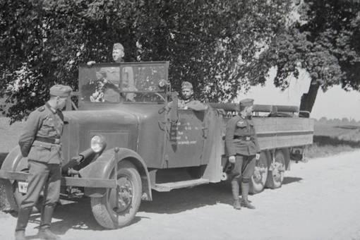 Soldaten am Lastwagen
