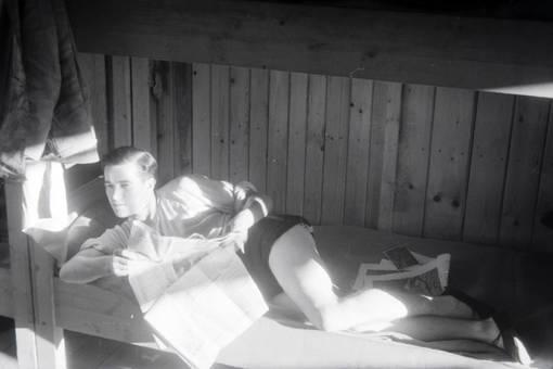 Zeitung im Bett lesen