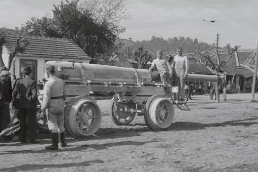 Soldaten auf Kanone