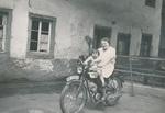 Kleine Motorradfahrerin
