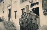 Wehrmacht vor der Gaststätte