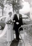 Brautpaar auf dem Parkplatz
