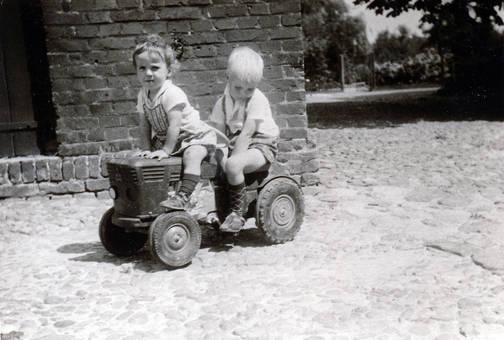 Kinder auf einem Traktor