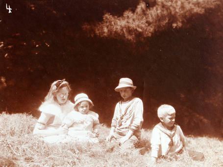 Kinder im Feld
