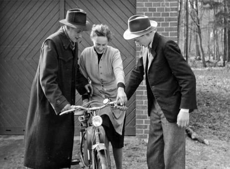Erste Fahrversuche auf Fahrrad