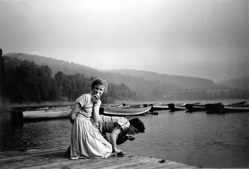 Fesche Mädchen am See