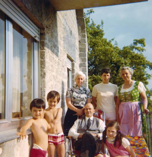 Balkon, Dirndl, Familienbild, Kindheit, Muster