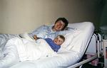 Mit Mama im Krankenbett