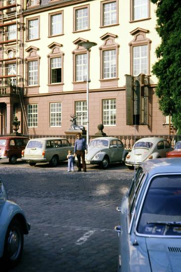 auto, KFZ, Parkplatz, PKW, renault-r4, Schloss Erbach, VW-Käfer, VW-Typ-3