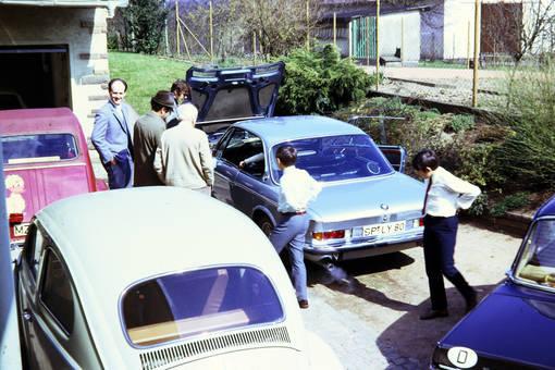 Autos in der Einfahrt