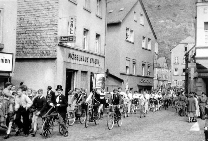 fahrrad, Feierlichkeit, fest, Filme, Foto, geschäft, Idar-Oberstein, Ladenlokal, möbelhaus spaeth, Radfahrer, radfahrerfest, Radtour, Reklame, Umzug