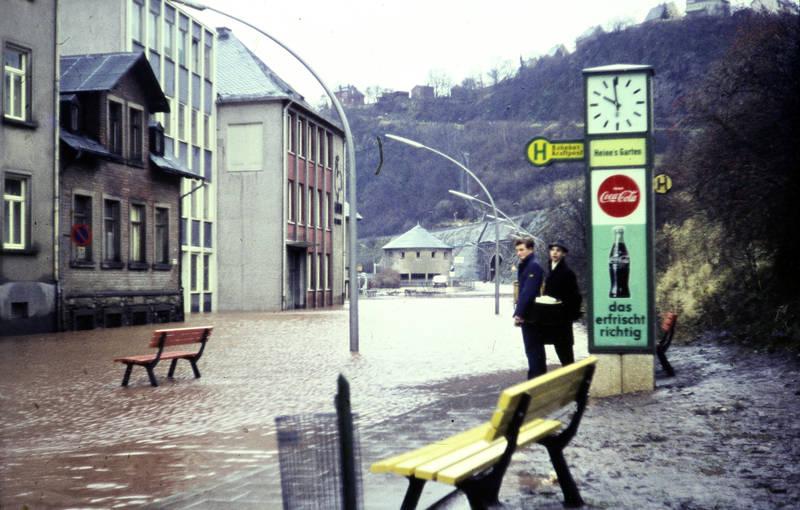 Bank, Bushaltestelle, Coca-Cola, Gaststätte, heines garten, Hochwasser, Idar-Oberstein, Mülleimer, papierkorb, Reklame, uhr, werbung