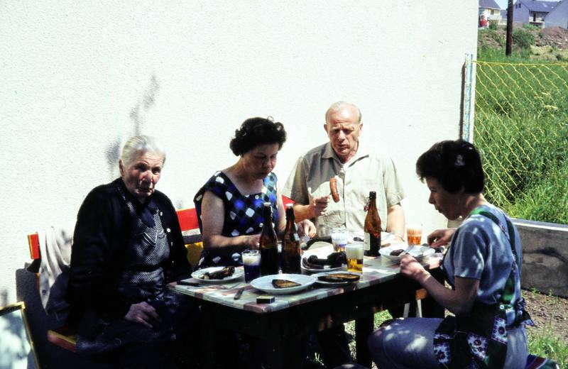 Bank, Bratwurst, Bügelflasche, essen, familie, garten, grillen, Grillwurst, mahlzeit, Terrasse
