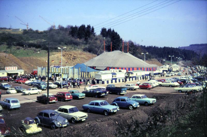 auto, Besucher, Idar-Oberstein, kasse, KFZ, Messerschmitt, Opel-Olympia-Rekord, Parkplatz, PKW, rekord-a, simca-, VW-Käfer, VW-T1-Pritschenwagen, VW-Typ-3, willy hagenbeck, Zirkus, Zirkuszelt