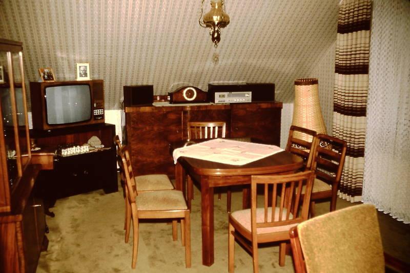 Fernseher, Gardinen, lautsprecher, musikanlage, Schachspiel, Schrankuhr, stühle, telefon, tisch, Tischdecke, Vitrine