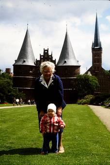 Oma und Enkel vor Holstentor