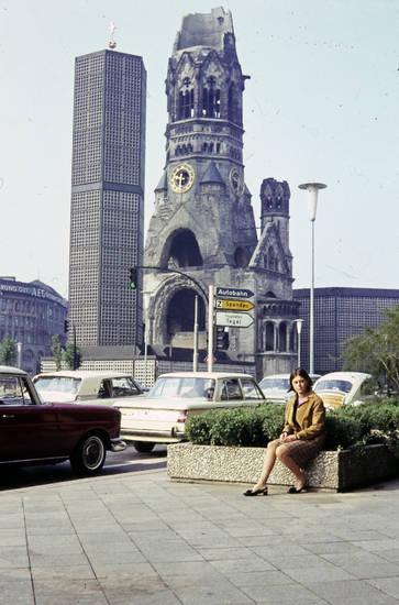 Abiturfahrt, auto, berlin, BMW-1500, bmw-1800, Gedächtniskirche, Kaiser-Wilhelm-Gedächtniskirche, KFZ, kirche, mode, neubau, PKW, Ruine, Schülerin, VW-Käfer