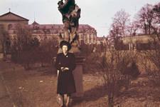 Vor der Statue