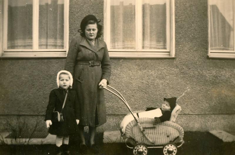 familie, Geschwister, kinderwagen, Kindheit, mode, Mutter, mütze, spaziergang, Tasche, winter