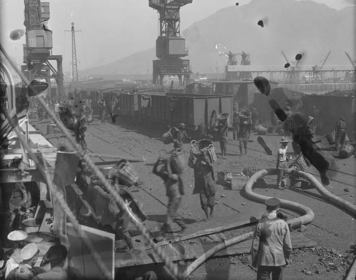 arbeit, Arbeiter, boot, Hafen, korb, Kreuzer, Kreuzer Emden, Matrose, Paddeln, Reichsmarine, reise, schiff, Schulschiff, Weimarer Republik