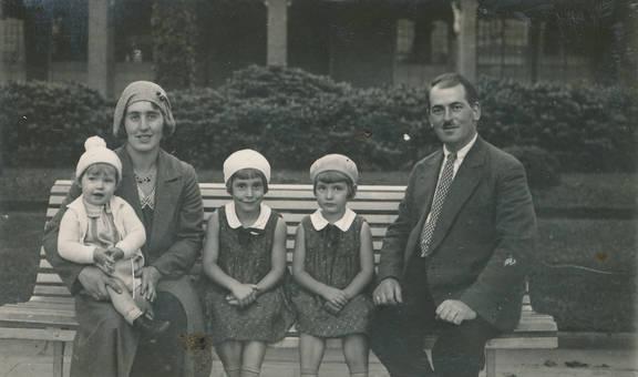Familie auf der Bank