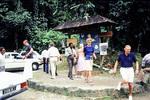 Touristen vor einer Karte