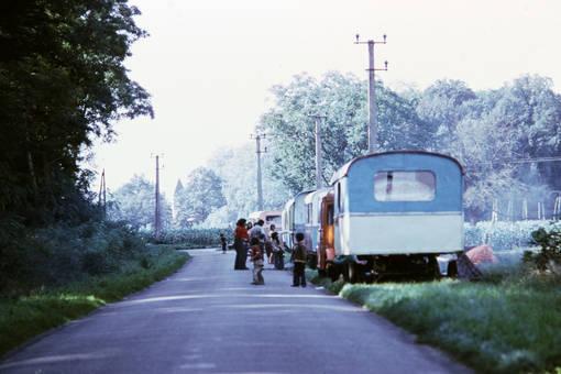 Wohnwagen am Straßenrand