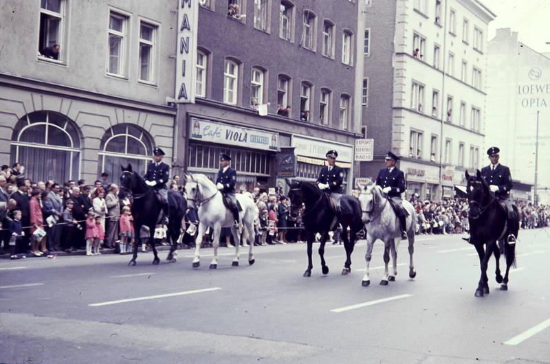 café, Feierlichkeit, fest, festumzug, festwagen, münchen, Oktoberfest, Pferd, polizei, Polizist, Schützenumzug, schwanthalerstraße, trachtenumzug, Umzug, viola