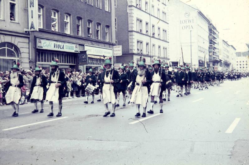 café, Feierlichkeit, fest, festumzug, festwagen, münchen, musiker, Oktoberfest, Schützenumzug, schwanthalerstraße, Tracht, trachtenumzug, trommel, Umzug, viola