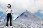 Eine Frau größer als ein Berg