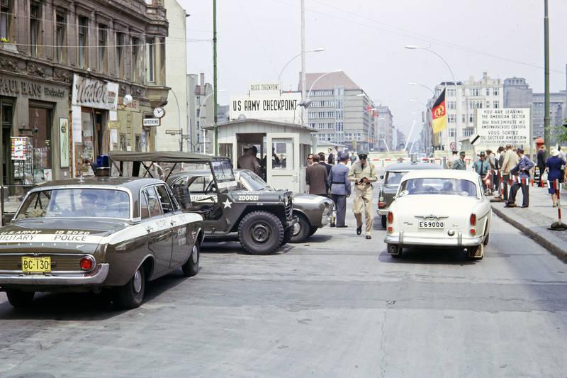 auto, berlin, Berlin (West), blaulicht, checkpoint charlie, ddr, DDR Flaggen, ford-badewanne, Ford-Taunus, Friedrichstraße, jeep, KFZ, Opel-Kapitän, PKW, Soldaten, US Army Checkpoint, volvo-amazon, West Berlin