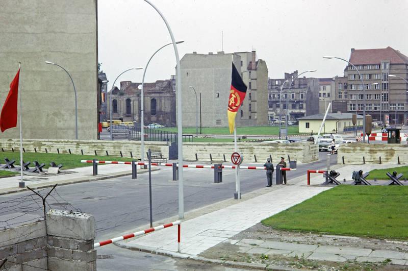 ddr, DDR Flagge, fahne, grenzübergang, Ost Berlin, soldat