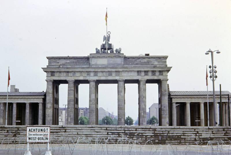 berlin, Berliner MAuer, brandenburger tor, ddr, DDR Flagge, grenze