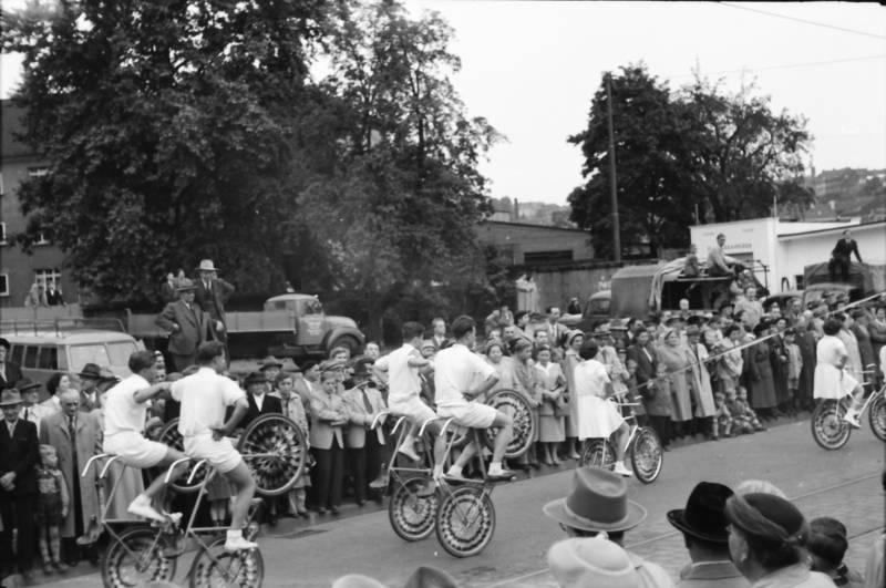 25 Jahre, Akrobatik, fahrrad, Feierlichkeit, Festlichkeit, festumzug, Jubiläum, Kunstrad, Kunstradfahren, Kunstradfahrer, rad, Radfahrer, sport, Sportler, stadt, stadtjubiläum, Umzug, Wuppertal, Zuschauer