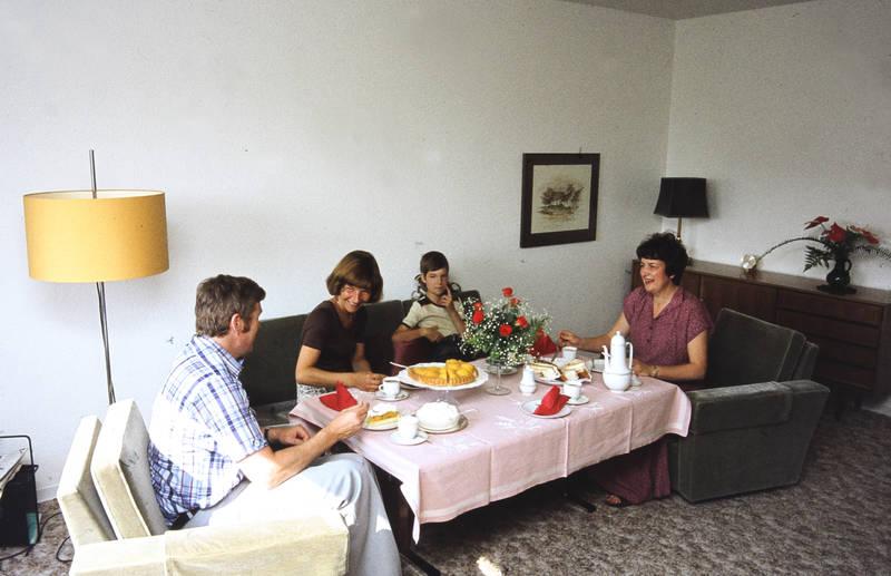 einrichtung, essen, familie, kaffee, kaffeeklatsch, kuchen, lampe, Möbel, Sahne, stehlampe