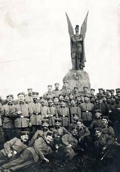 Soldaten vor einem Denkmal