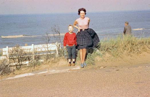 Mutter und Sohn am Meer